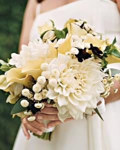 kremrengi-çiçekelrden-oluşan-gelin-buketi